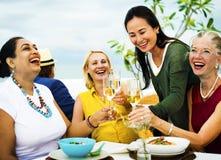 Mångfaldvänner som ut hänger partiet som äter middag begrepp Arkivfoto