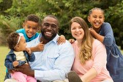 mångkulturell familj arkivbild