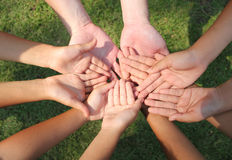 Mångkulturella händer, barnhänder arkivfoto