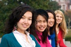 mångkulturella högskolaflickor Fotografering för Bildbyråer