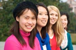 mångkulturella högskolaflickor royaltyfri fotografi