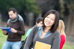 mångkulturella parkdeltagare för högskola royaltyfria foton