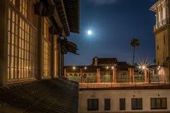 Månsken över byggnadsarkitektur Royaltyfria Bilder