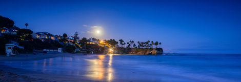 Månsken över Laguna Beach royaltyfria foton