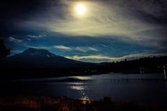 månsken över Shasta royaltyfri foto