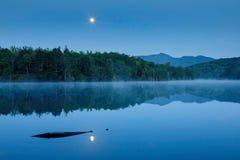 Månsken på pris att blåsa för sjön vaggar North Carolina royaltyfria foton