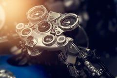 Mått av den retro motorcykeln för tappning på mörk bakgrund Arkivfoton