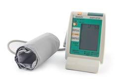 Mått för Digital blodtryckmaskin som isoleras på vit backgroun Royaltyfria Bilder