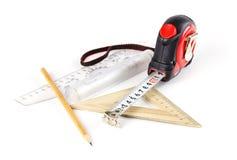 Måttband, blyertspenna och linjal på en vit bakgrund closeup arkivbilder