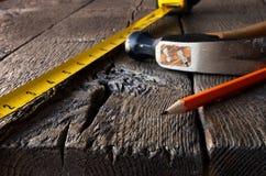Måttband och blyertspennor Arkivfoton