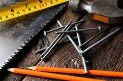 Måttband och blyertspennor Arkivbild