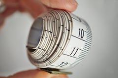 Måttband som mäter längd i cm och meter som används vanligt för att mäta omkretsen av människokroppen under matrisen Royaltyfria Bilder