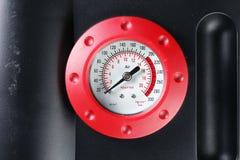 Måttet för luftkompressorn föreställer begreppet för måtthjälpmedelbakgrund Royaltyfri Bild