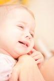 Mère à l'aide de la seringue d'ampoule Photographie stock libre de droits