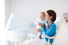 mère à la maison de chéri Maman et enfant dans la chambre à coucher Image stock