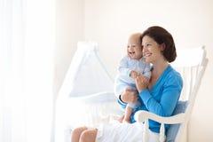 mère à la maison de chéri Maman et enfant dans la chambre à coucher Images libres de droits