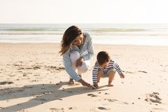 Mère à la plage avec l'enfant en bas âge Image libre de droits