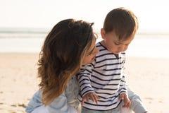 Mère à la plage avec l'enfant en bas âge Images libres de droits
