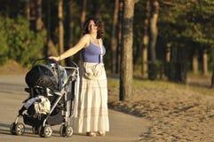 Mère à la promenade Photographie stock
