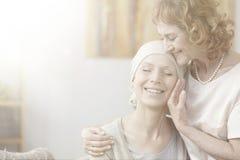 Mère étreignant la fille avec le cancer photo libre de droits