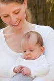 Mère affectueuse avec sa fille nouveau-née de bébé images libres de droits