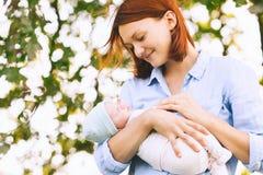 Mère affectueuse avec son bébé nouveau-né sur ses bras Photos libres de droits