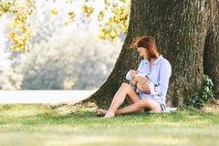 Mère affectueuse avec son bébé nouveau-né sur ses bras Photo libre de droits