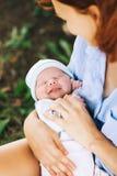 Mère affectueuse avec son bébé nouveau-né sur ses bras Images stock