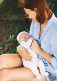 Mère affectueuse avec son bébé nouveau-né sur ses bras Photo stock