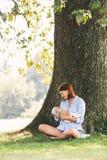 Mère affectueuse avec son bébé nouveau-né sur ses bras Images libres de droits