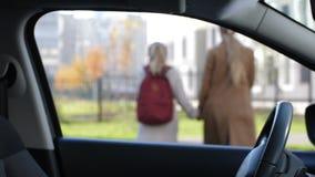 Mère affectueuse prenant son daugther à l'école banque de vidéos