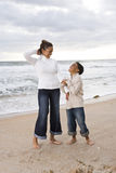 Mère afro-américaine et fils à la plage photos libres de droits