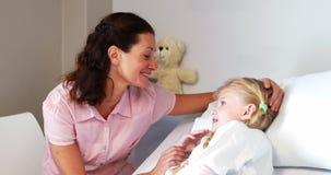 Mère agissant l'un sur l'autre avec sa fille malade banque de vidéos