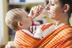 Mère alimentant son descendant images libres de droits