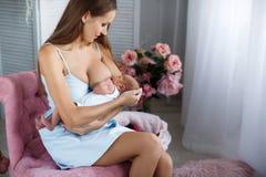 Mère allaitant son enfant nouveau-né Photos stock