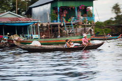 Mère asiatique avec l'enfant dans un bateau traditionnel Photographie stock libre de droits