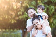 Mère asiatique et fille de père de famille jouant ensemble Photographie stock