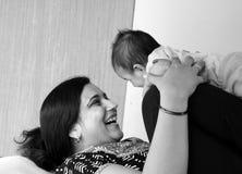 Mère asiatique heureuse et son descendant Photos stock