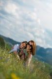 Mère avec amour se reposant et de propagation de fils Photographie stock libre de droits