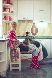 Mère avec des enfants à la cuisine Photo libre de droits