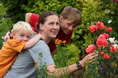 Mère avec des enfants dans le jardin photos stock