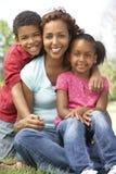 Mère avec des enfants en stationnement Photos libres de droits