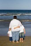 Mère avec des garçons sur la plage Photographie stock libre de droits