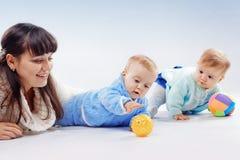 Mère avec des jumeaux images stock