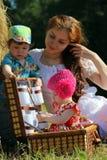Mère avec des jumeaux dans le domaine Image stock