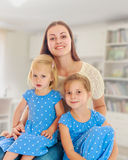 Mère avec deux descendants Photos stock