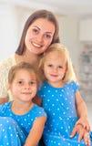 Mère avec deux descendants Images stock