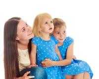 Mère avec deux descendants Photographie stock libre de droits