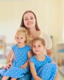 Mère avec deux descendants Photographie stock