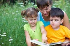 Mère avec deux enfants Photo stock